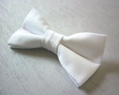 Mens white bowtie. Pre tied bowtie on a pin clasp. Occasion bowtie/wedding bowtie/prom bowtie - BlackSafari