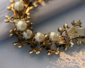 Lovely vintage pearl goldtone bracelet.