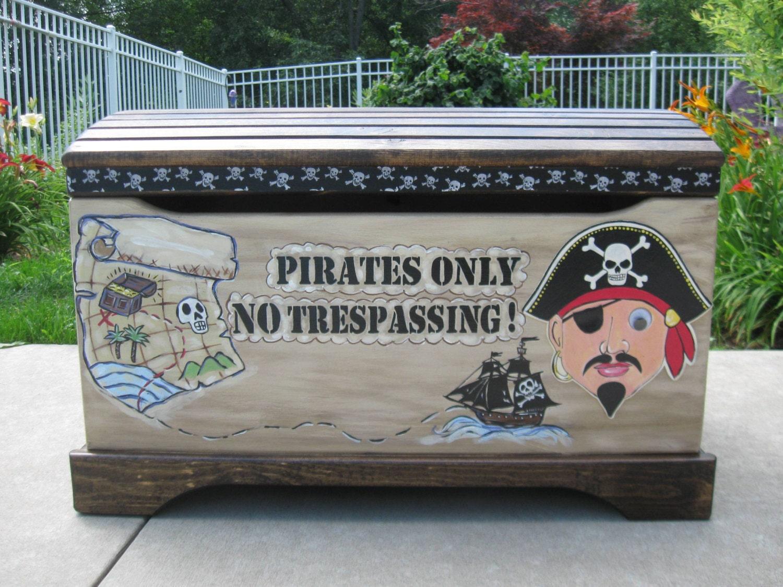 grand coffre jouets pirate peintes par munchkinplanet sur etsy. Black Bedroom Furniture Sets. Home Design Ideas