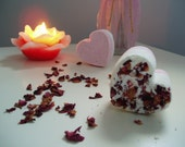 Love is in the air - bath bomb with rose petals & Chanel 5 like scent - Bohemiq