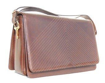 SUPERB vintage shoulder bag from 100% leather , lovely seams effect from the 80s