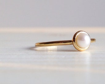 18k yellow gold ring with little pearl