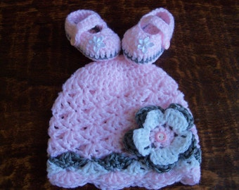 New Handmade Crochet Baby Girl Hat and Booties (0-3 month)