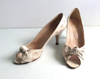 HOT Oleg Cassini Vintage 1960 Pinup Peep Toe heels.  Rockabilly, Bombshell, Pumps, high heel shoes Size 6M.  Beige & Tan Polka Dots