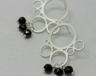 Modern circles motif earrings with black spinel beads
