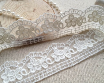 Pretty SAKURA Lace Trim in Off-white, Scalloped edge trim for Weddings, Cakes, Doll dress, Sewing
