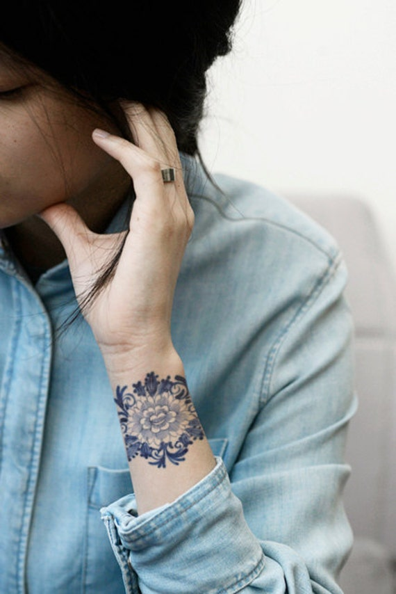 Temporary 'Delfts Blauw' floral tattoo