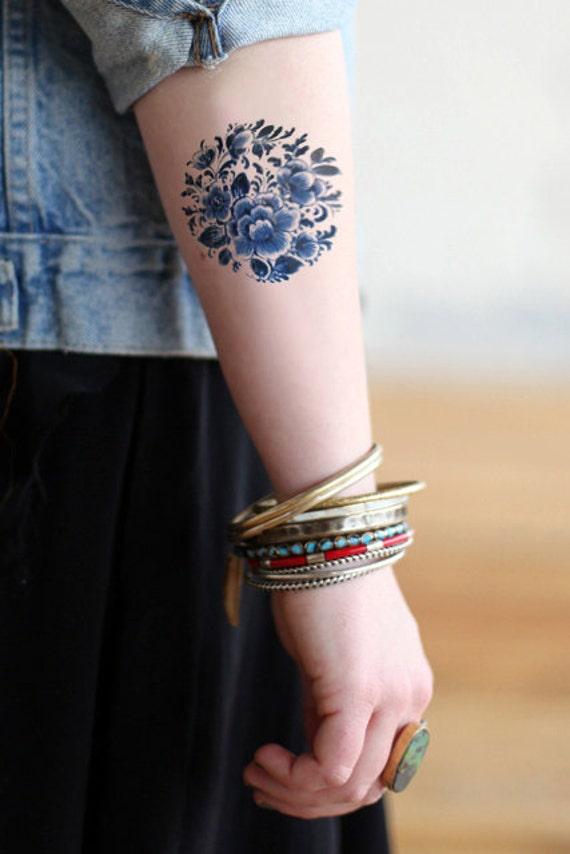 Temporary round 'Delfts Blauw' floral tattoo