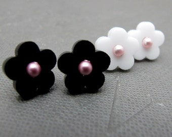 Daisy Pearl Stud Earrings // Black White Acrylic Daisy Flower // Marc Jacobs Inspired // Swarovski Pearls // Rhodium Posts // Gifts under 15