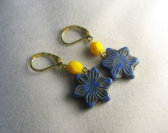 blue flower earrings ... lovely blue glass flowers with bright yellow glass beadery