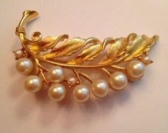 Pretty Richelieu Gold Leaf Pearl Brooch
