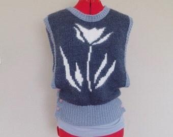 Vintage 80s SLEEVELESS Wool Sweater / FLOWER Print / Gray and White / Womens Medium.