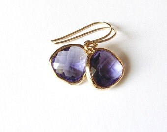 Purple glass and gold dangle earrings. Amethyst glass. Bridal earrings. Bridesmaids earrings. Bridesmaid earrings. Wedding jewelry.