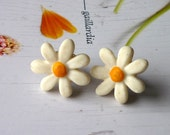Daisy Earrings - Daisy Post Earrings -  Handmade clay flower earrings