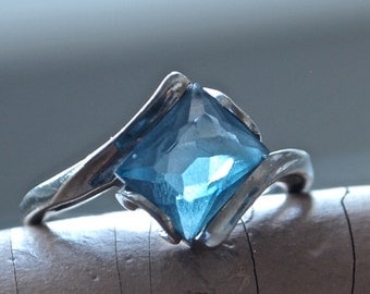 Mid Century Modernist Marked 10K White Gold Ring with Emerald Cut Blue Topaz 1.5 carat size 6