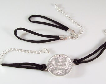 "100 Bracelet Kits - 25mm 1"" Round Silver Plated Blank Round Bezel Tray and Black Faux Suede Bracelet"