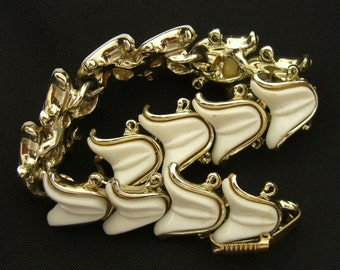 Vintage Lucite Bracelet Unsigned, in the Style of Hollycraft White Tulip Jewelry