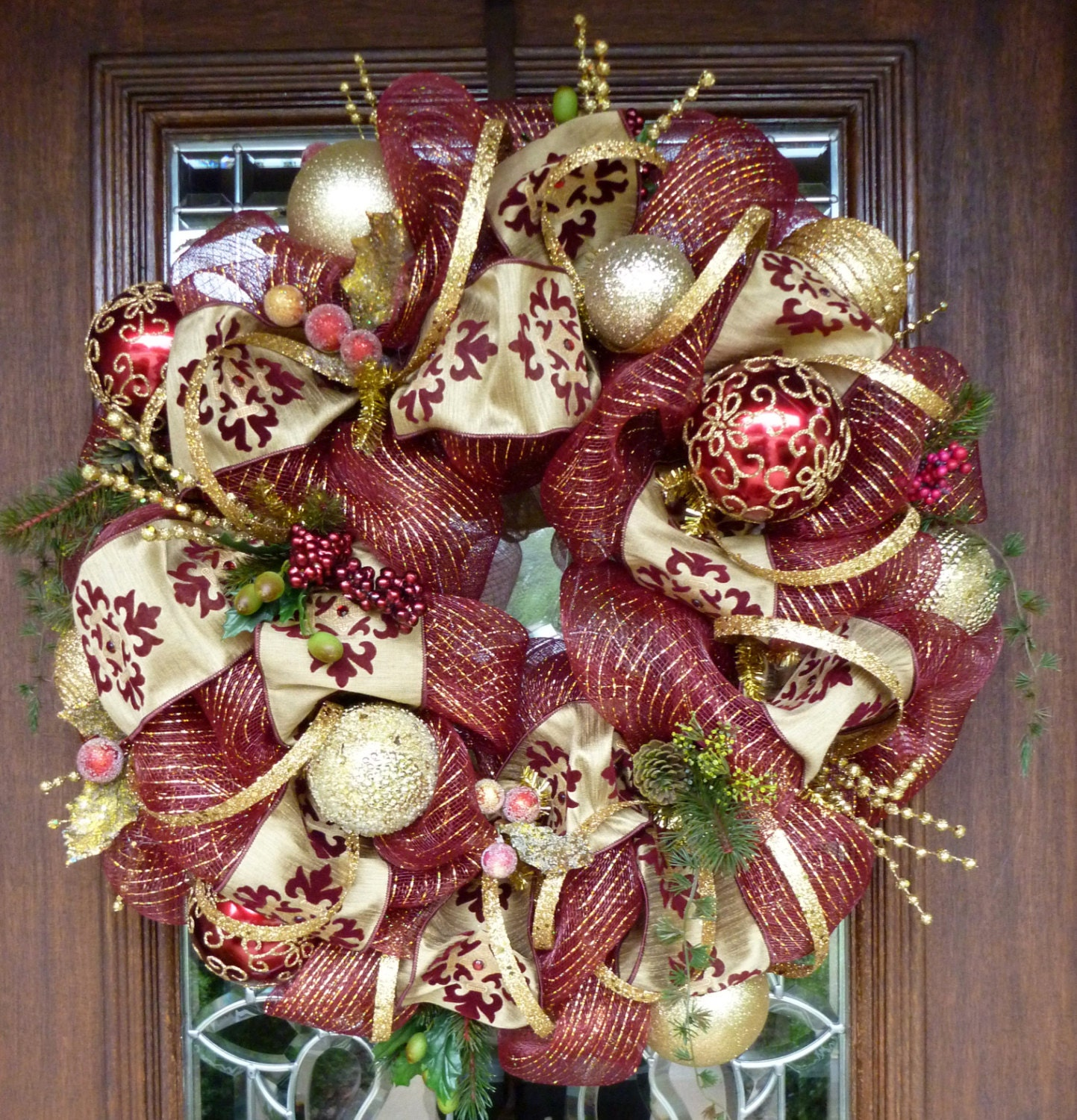 Deco mesh burgundy and gold christmas wreath for Maroon christmas tree decorations