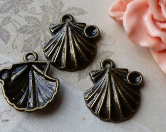 19 x 20 mm Antiqued Bronze Shell Charm Pendant (.saa)