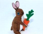 Felt Rabbit Holding Carrot / 3.5 inches tall