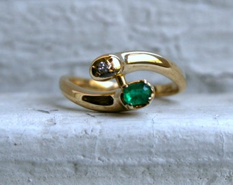 Vintage 18K Yellow Gold Double Headed Snake Ring with Emerald and Diamond.