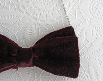 Necklace with bordeaux red velours bow tie