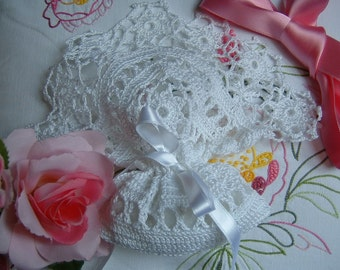 Romantic crochet wedding favor bag with a border of flowers. Colored lace, Italian wedding tradition