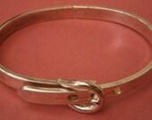A230) A stylish vintage silver tone metal buckle adjustable hinged bracelet