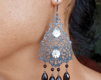 Arabesque openwork earrings with onyx. Hook closure. Reference: 00-0010.