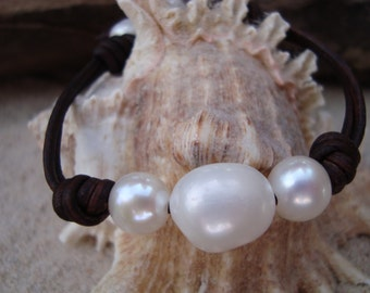 LEATHER/ PEARL BRACELET (Elizabeth)