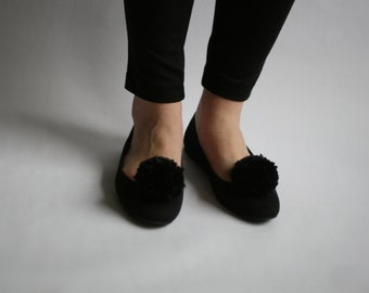 Large pom-pom shoe clips in black