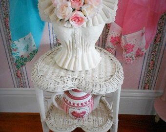 WICKER HEART Shape TABLE Victorian Tier Night Stand Shelf Shabby Chic Figural Shape Beach Cottage Scroll Display Side Lawn Patio Porch Yard