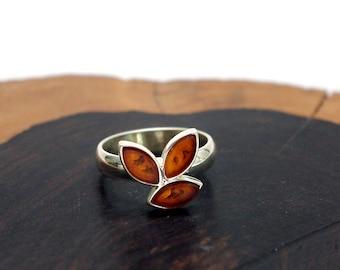 Honey coloured Baltic Amber ring leaf design set in Sterling Silver, Size: 7.25