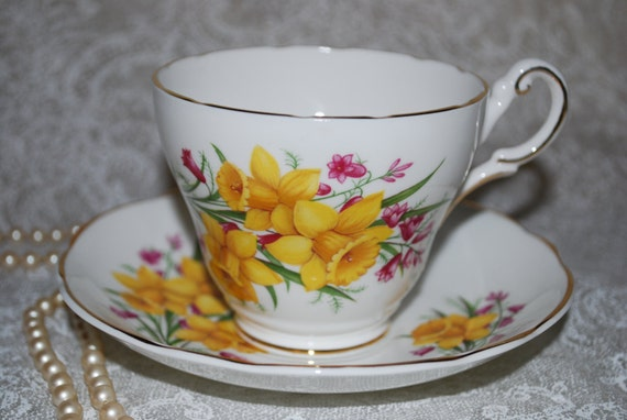 REGENCY Daffodil Bone China Vintage Tea Cup and Saucer / Yellow Daffodils/ Tea Party / Spring