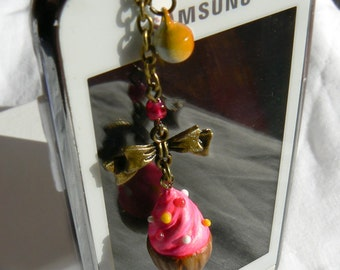Phone jewelery/dust plug - Little pink cupcake