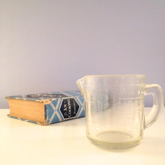vintage pyrex measuring cup with raised markings d handle. Black Bedroom Furniture Sets. Home Design Ideas
