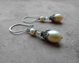 Vintage look creamy white pearl earrings, ideal for wedding / oxidized silver plated brass, freshwater pearl, Swarovski
