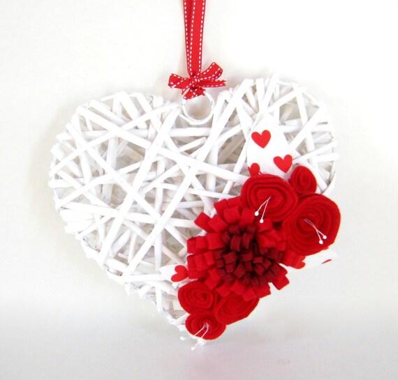 Dans l'amour - blanc coeur en bois Couronne - porte Decor - décoration de la maison de feutre - Valentine - décorations de mariage