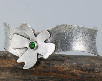 Flower Cuff Bracelet, Silver Flower Bracelet, Green Stone Silver Cuff, Emerald Green Cuff Bracelet, Eco Friendly Jewelry