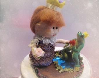 Custom felt wedding cake topper - Princess and frog bride and groom - customized ooak - Handmade in France