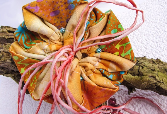 Oranges Blumentäschchen im Batikstil