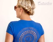 Blue t-shirt with upcycled vintage crochet doily back - Size S-M