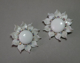 Vintage Milkglass Flower Earrings