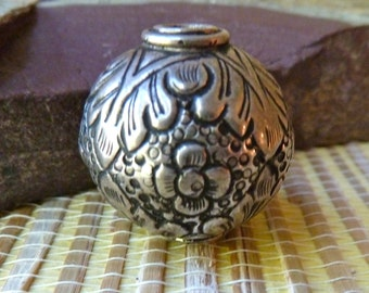 Large Vintage Thai Silver Etched Bead - Detailed Floral Pattern - 26mm - Beautiful Focal Bead - Large Hole