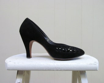 Vintage 1940s Shoes / 40s Black Suede Pumps with Cut Out Design / 8A USA