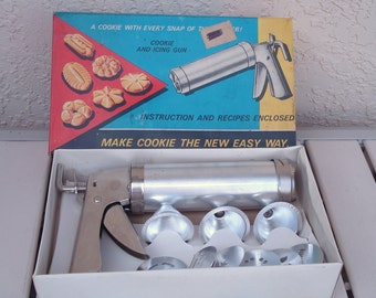 Vintage Cookie And Icing Press Gun With 6 Cookies Shapes Disks and 3 Icing Tips.