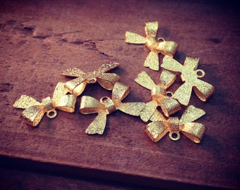 8 - Bow Charms, TEXTURED Gold, Small Bow Tie, Vintage Jewelry Supplies (L011)