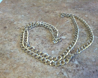 Beautiful Sarah Coventry gold tone metal necklace