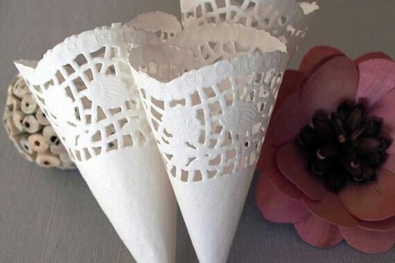 Articoli simili a 25 coni porta riso petali in carta - Cesto porta coni di riso ...