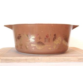 Vintage Pyrex 1960's Brown and Gold Early Americana Casserole Dish Bakeware Baking Dish 2 1/2 Quart | Retro Kitchen Serving Kitchenalia